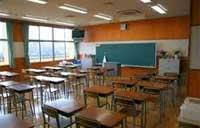 教諭が小2児童の頭を黒板にぶつける